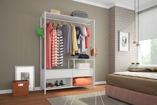 Por meio dessa estrutura, você pode montar seu próprio closet aberto simples e pequeno