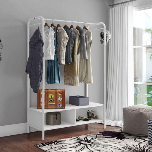 Esse aparato é ótimo para pendurar roupas e deixar outros acessórios primordiais