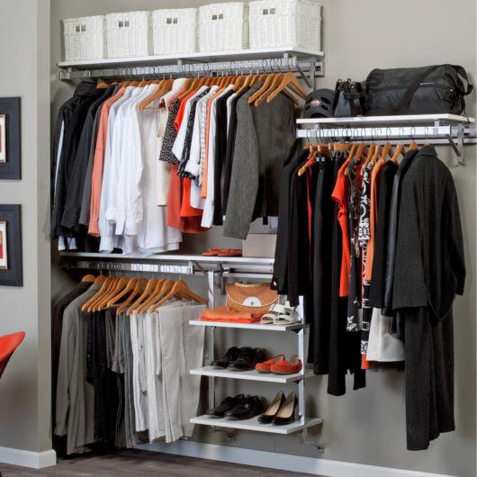 Os cabides se destacam, bem como as prateleiras para os sapatos e as caixas para guardar outros acessórios