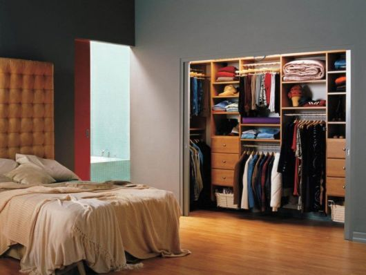 Você pode improvisar uma estrutura aberta para deixar suas roupas e aparatos