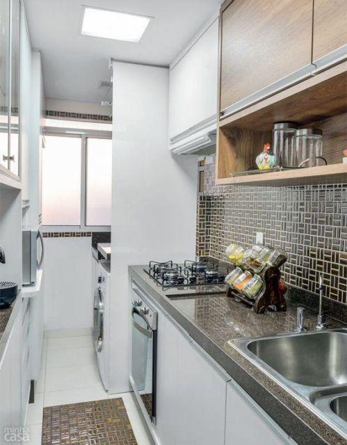 Cozinha planejada com a lavanderia acoplada, como uma extensão do cômodo
