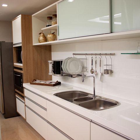 O minimalismo do branco em complemento à madeira deixa sua cozinha incrível