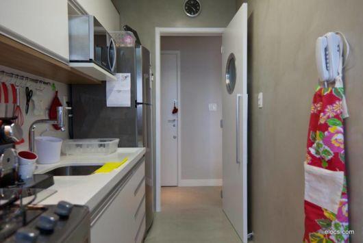 Um balcão longo é importante para o conceito de sua cozinha de apartamento pequeno