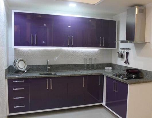 Roxo para dar destaque à cozinha e trazer sofisticação ao ambiente