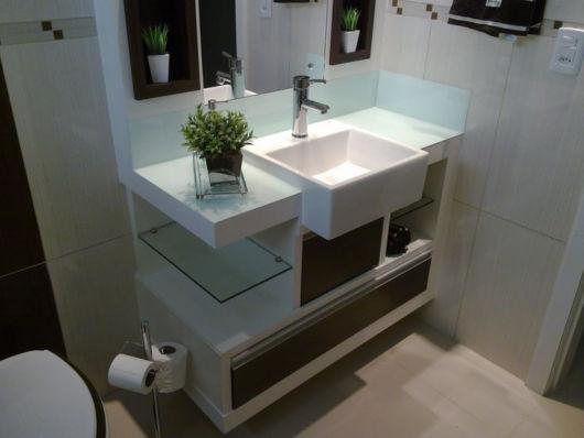 Um modelo completo e todo montado para quem precisa otimizar o espaço no banheiro