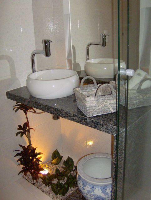 Cuba arredondada em um pequeno balcão, ideal para banheiros compactos