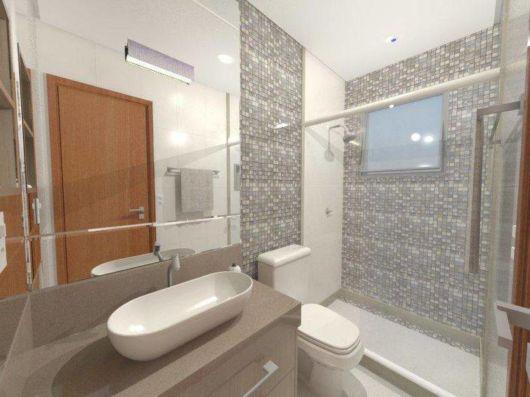 Um modelo oval e grande que se destaca no banheiro pequeno