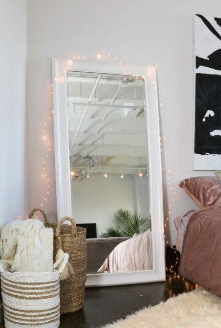 Esse espelho de chão grande e comprido é interessante para a decoração de um quarto feminino