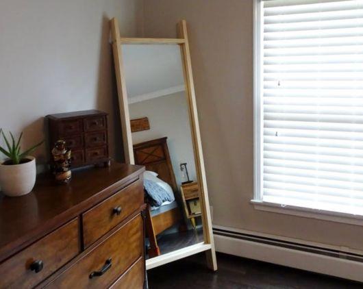 O espelho de chão pode ficar disposto em um canto em seu quarto