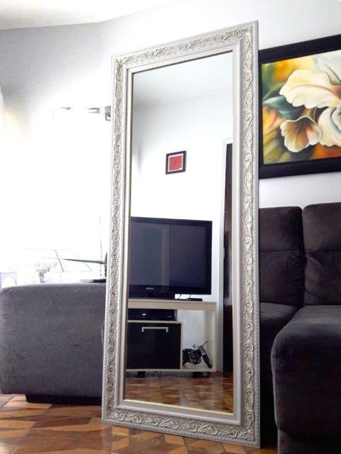O espelho de chão pode ser deslocado para cômodos como a sala, por exemplo