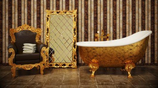 Para quem adora padrões sofisticados, um espelho de chão dourado combinando com os outros móveis