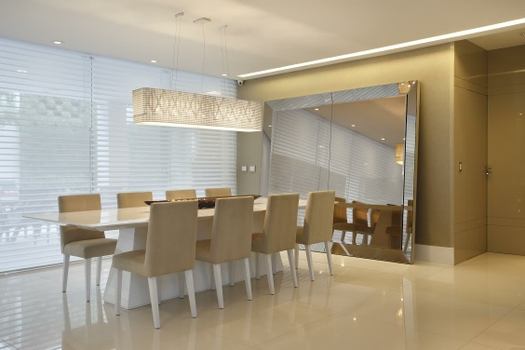 Um espelho enorme instalado no chão de uma sala de jantar