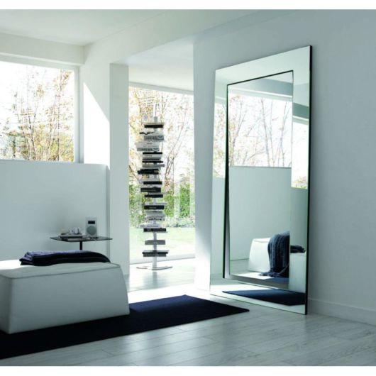 Modelo espelhado em um quarto com uma decoração contemporânea
