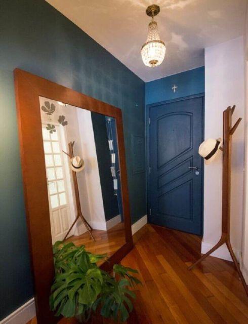 Espelho de chão grande com uma moldura de madeira reforçada