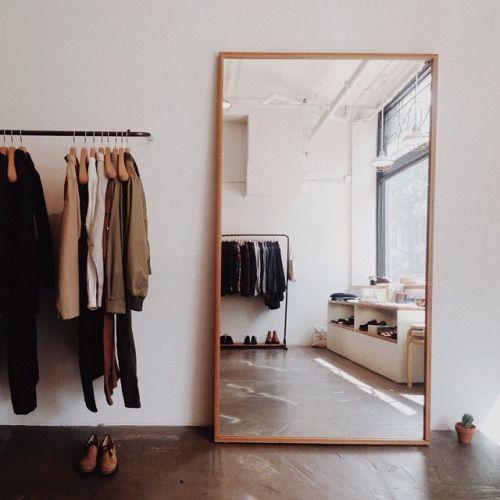 O espelho de chão é um modo simples de decorar, só é preciso tomar cuidado para não esbarrar na estrutura