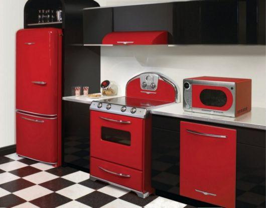 O vermelho combina muito bem com cores mais sóbrias, como preto e branco