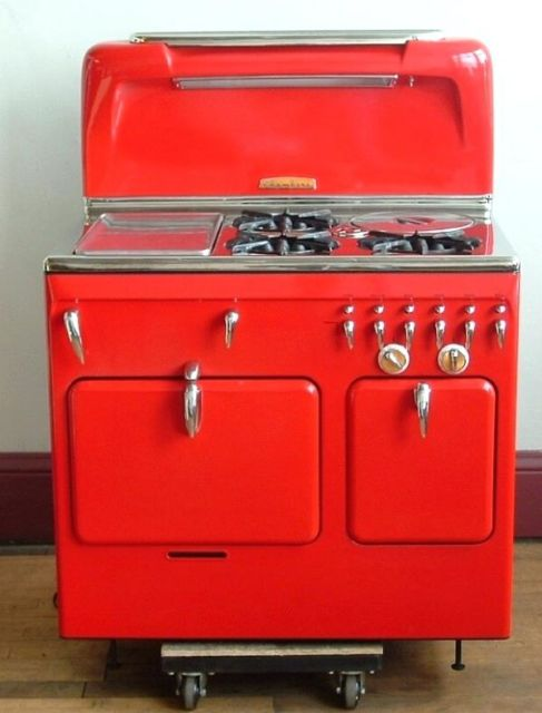O fogão retrô vermelho sempre foi uma boa tendência para a decoração de cozinhas industriais
