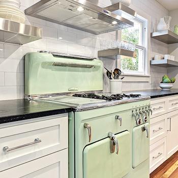 Móveis em cor branca ou clara se destacam em uma cozinha com uma inspiração minimalista