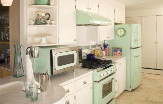 A decoração retrô se destaca em meio a esses móveis em cores claras, como o branco e o verde
