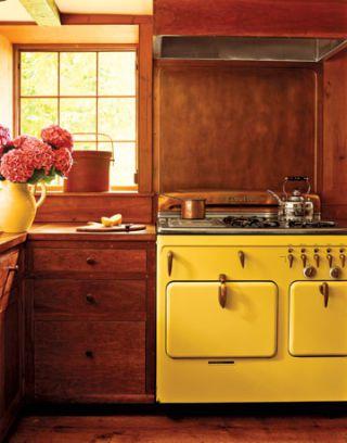 E para quem gosta de amarelo, uma boa opção de fogão em meio à decoração rústica
