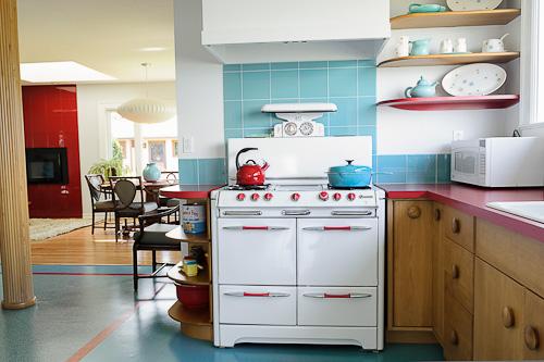 Um fogão branco grande com várias bocas e um forno que se destaca