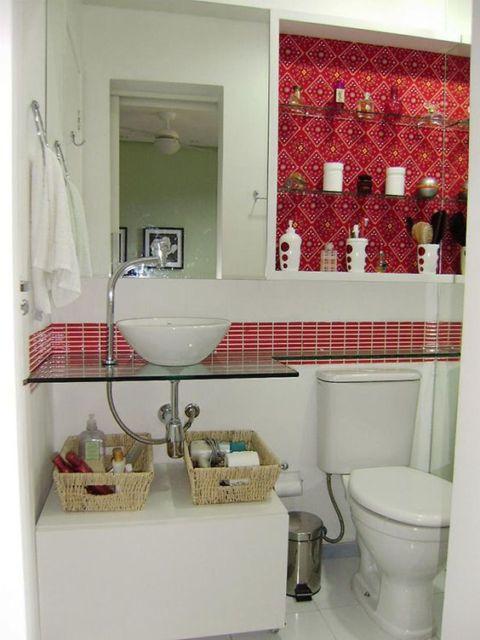 banheiro com pastilha vermelha