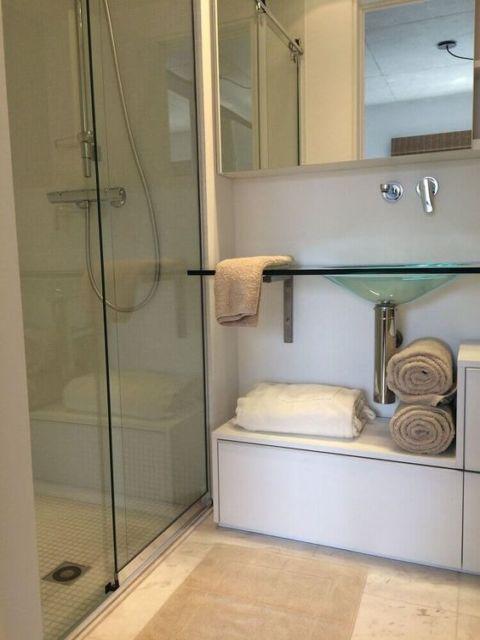 banheiro com bancada e cuba de vidro
