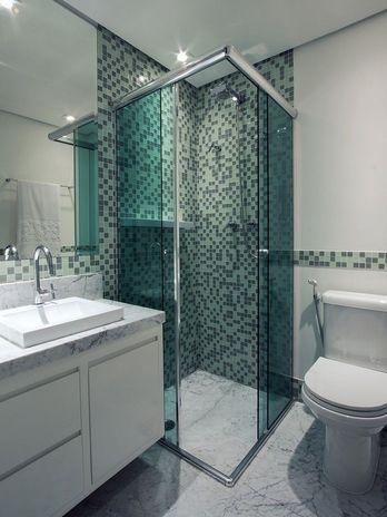 banheiro claro e pequeno
