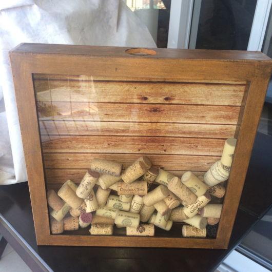 Um modelo horizontal para colocar diversas rolhas de garrafas