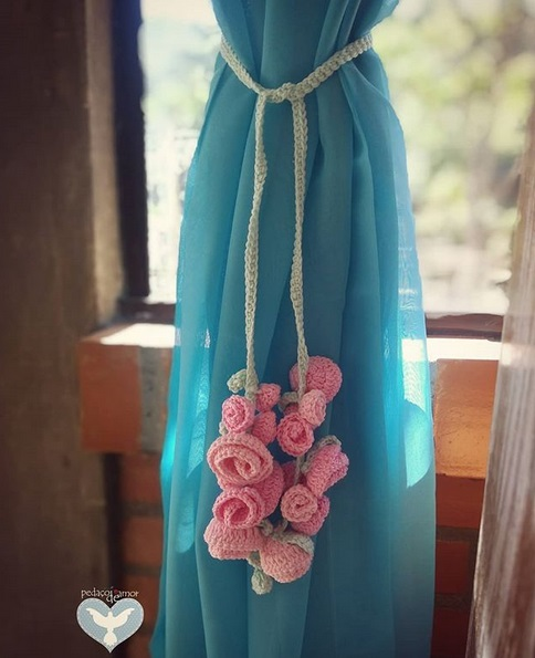 modelo com flores de crochê