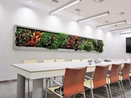 Um padrão horizontal com várias plantas em meio à sala de jantar ou a mesa do escritório