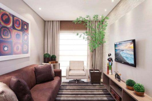 O sofá combina bem com os demais móveis, como a rack. A TV pode ser instalada diretamente na parede