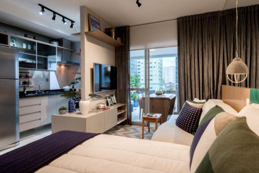 Esse apartamento integra a sala com o quarto, uma proposta bem moderna