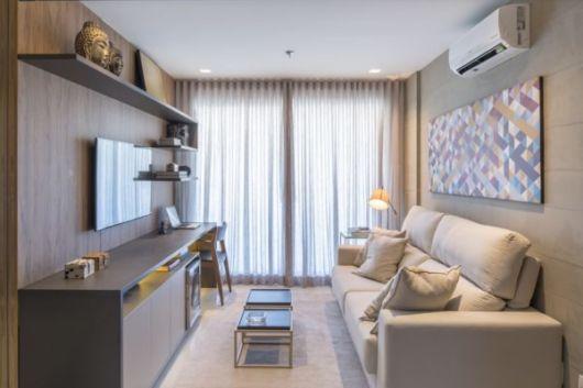 A sala fica iluminada quando instalada próximo à sacada do apartamento