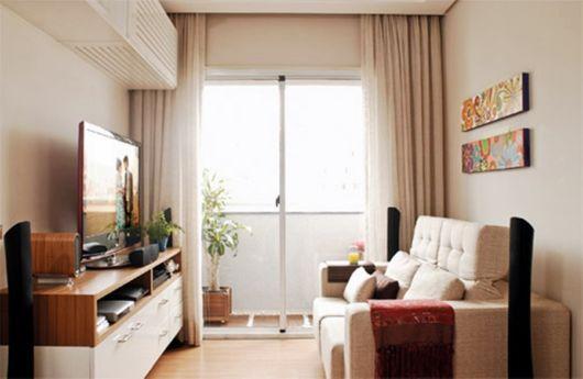 A sala do apartamento pequeno em meio à sacada, uma tendência bem popular