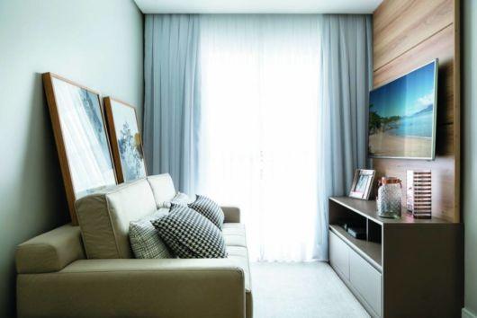Um sofá único já é necessário, dependendo do espaço você pode até colocar poltronas ou puffs
