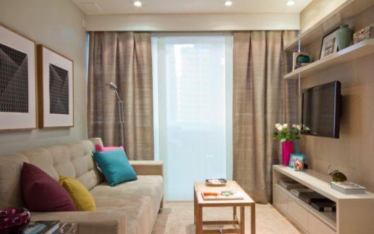 A mesa de centro ajuda tanto na organização quanto na decoração da casa