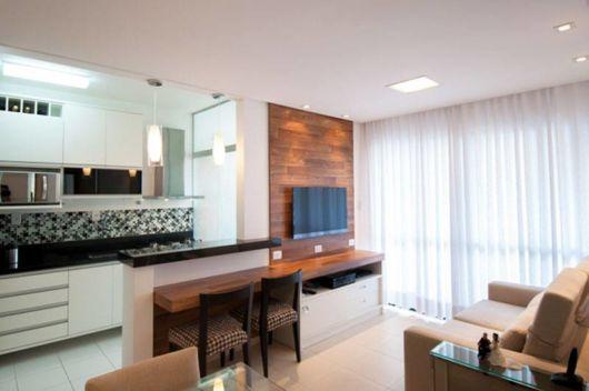Integração perfeita entre a cozinha e a sala, ideal para locais pequenos