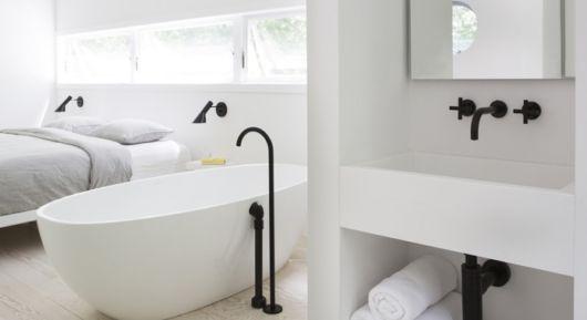 O destaque perfeito da torneira preta em meio à decoração minimalista no banheiro