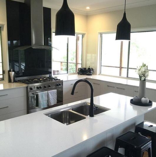 Cozinha preta e branca, um projeto super moderno e que se destaca pela sofisticação