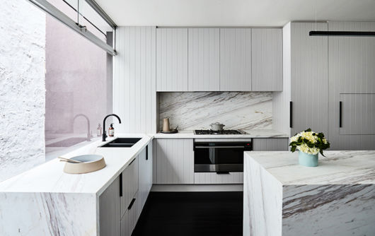 Decoração minimalista com destaque para o branco - e o preto nos detalhes