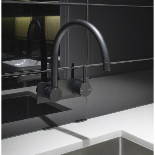 Nesse caso, a parede preta incrementa o acessório e deixa sua cozinha com um conceito industrial