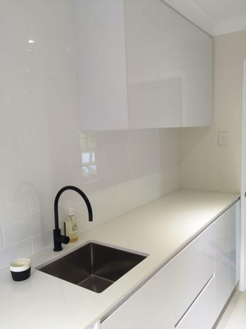 Se sua cozinha possui uma decoração clean e minimalista, você pode diferenciar com uma torneira preta