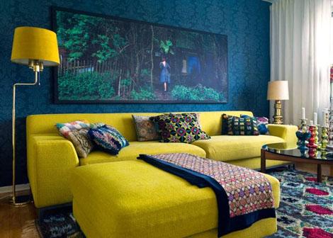 O equilíbrio de um tom sóbrio azul escuro com o amarelo nos móveis