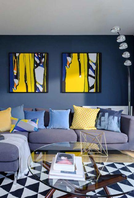 Tendência moderna com o quadro em amarelo e as almofadas na mesma cor