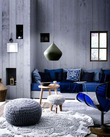 Cinza claro na parede combinando com o azul marinho nos móveis