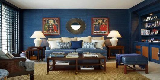 Parede azul em um ambiente harmônico e organizado