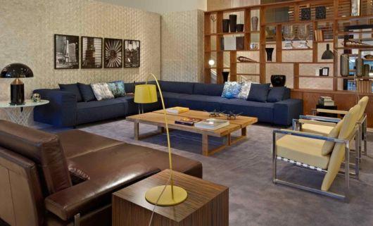 Os móveis de madeira são convencionais e incrementam qualquer projeto