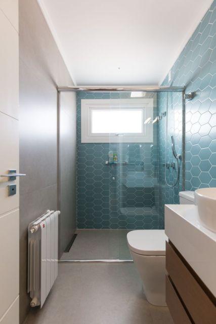 Ligar azul e branco é uma ótima tendência para o banheiro