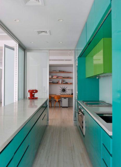A mobília em azul turquesa com o verde claro nos detalhes